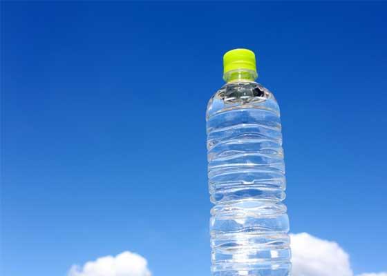 なぜ潰しやすいペットボトルは水ばっかりなの?メーカーに聞いてみた